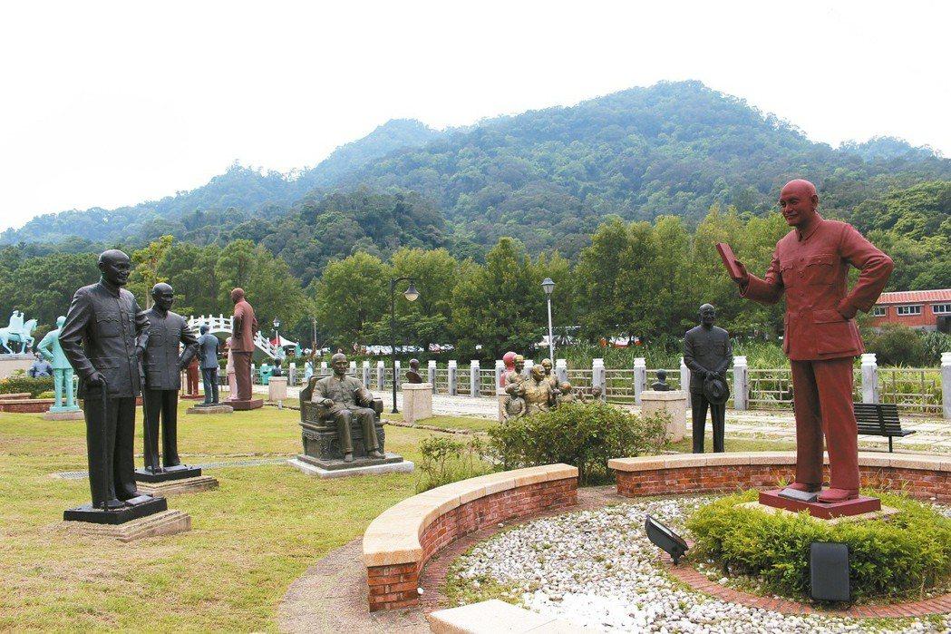 桃園大溪兩蔣雕塑園區蒐集200多尊蔣介石銅像,未來這些銅像將何去何從,國防部也要...