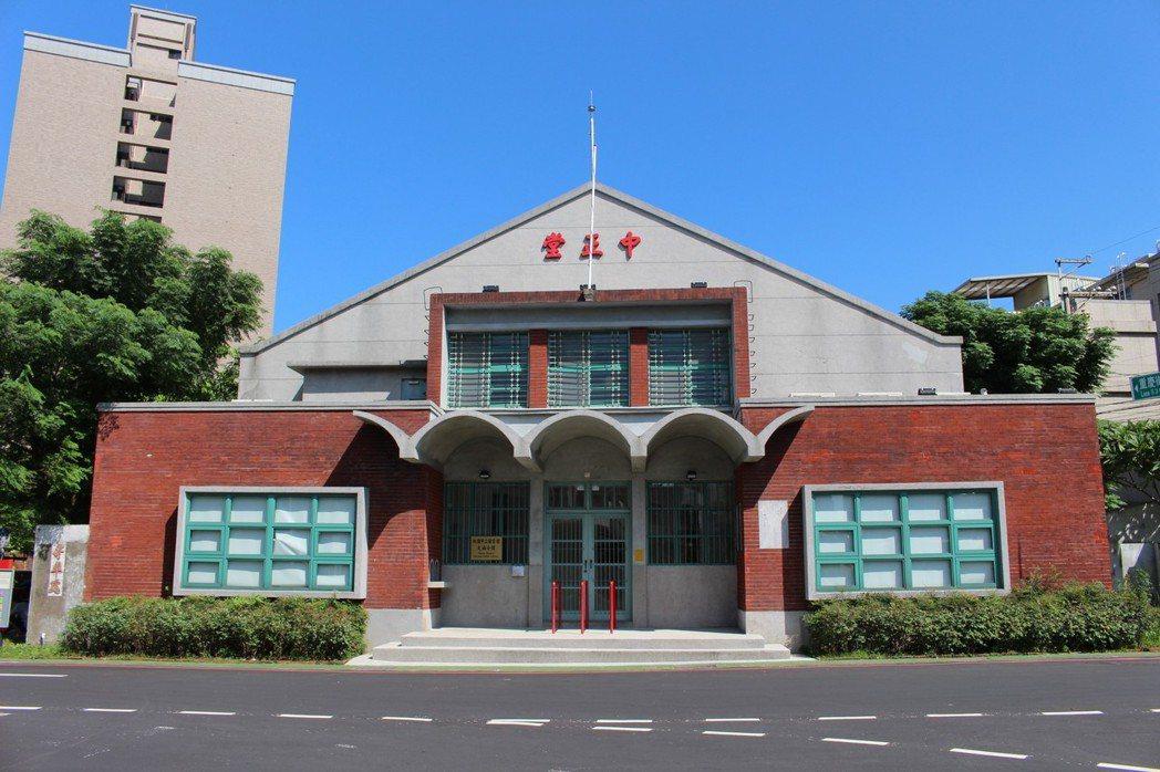 桃園市八德區的中正堂轉型成為市立圖書館。報系資料照