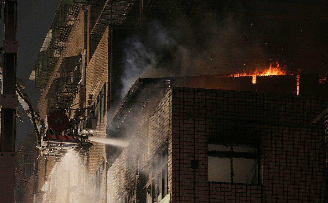 台北市八德路四段一棟5樓住宅昨晚發生火警。聯合報系記者林俊良/攝影