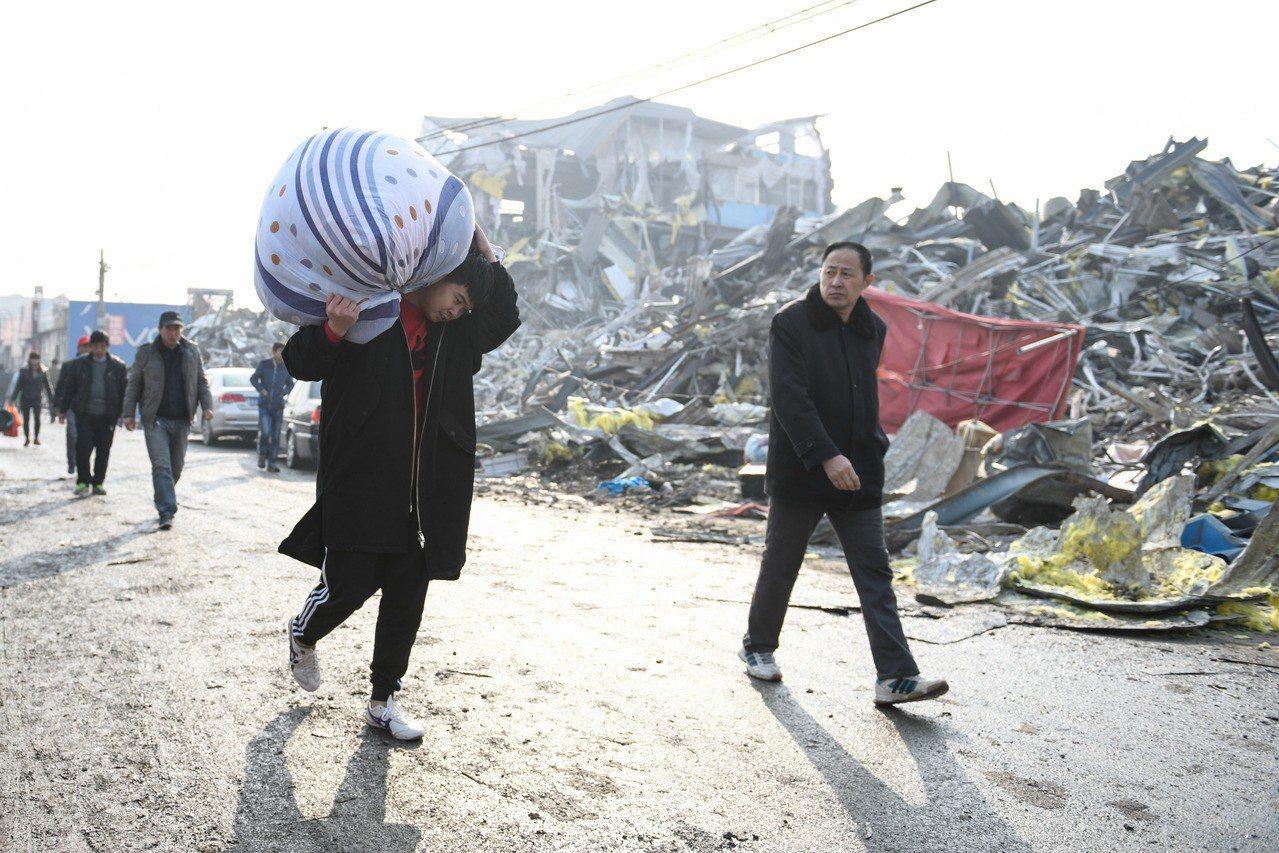 11月21日北京大興發生火災後,火災發生地周邊的西紅門鎮新建一村至四村等地立即開...