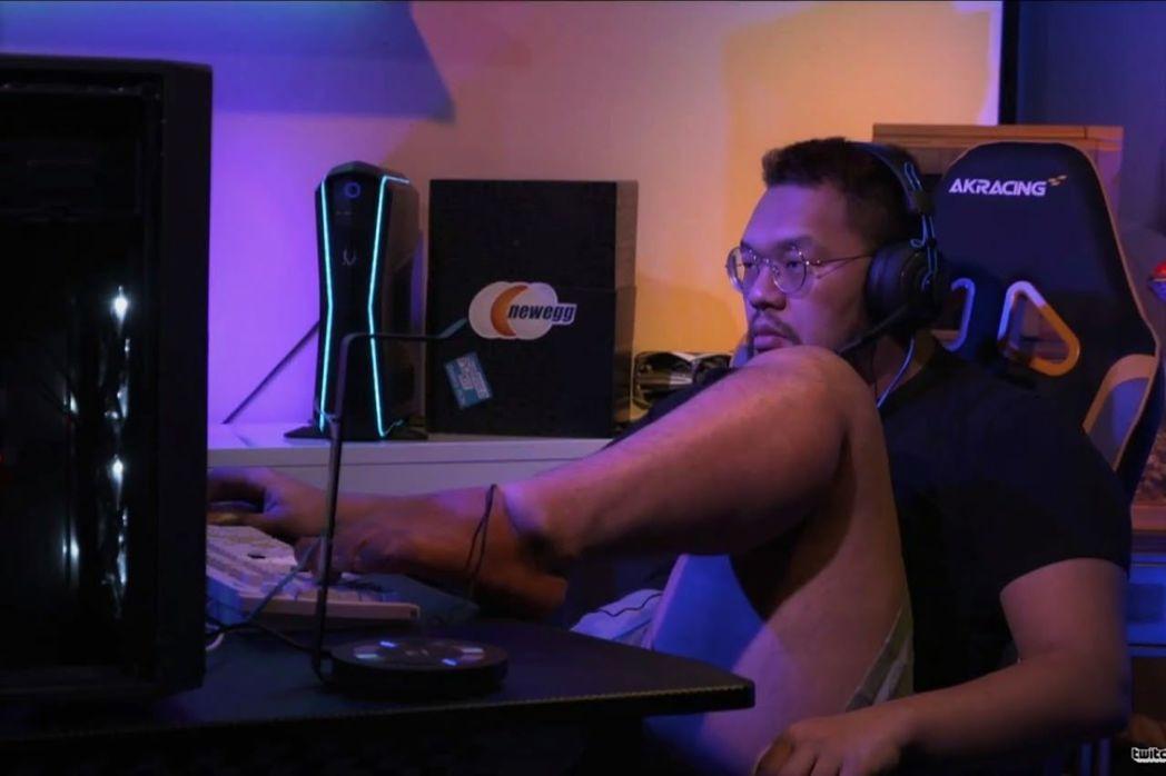 韓國選手Larva對戰中國選手羅賢時,甚至用腳操作,引發爭議。圖擷自香港01
