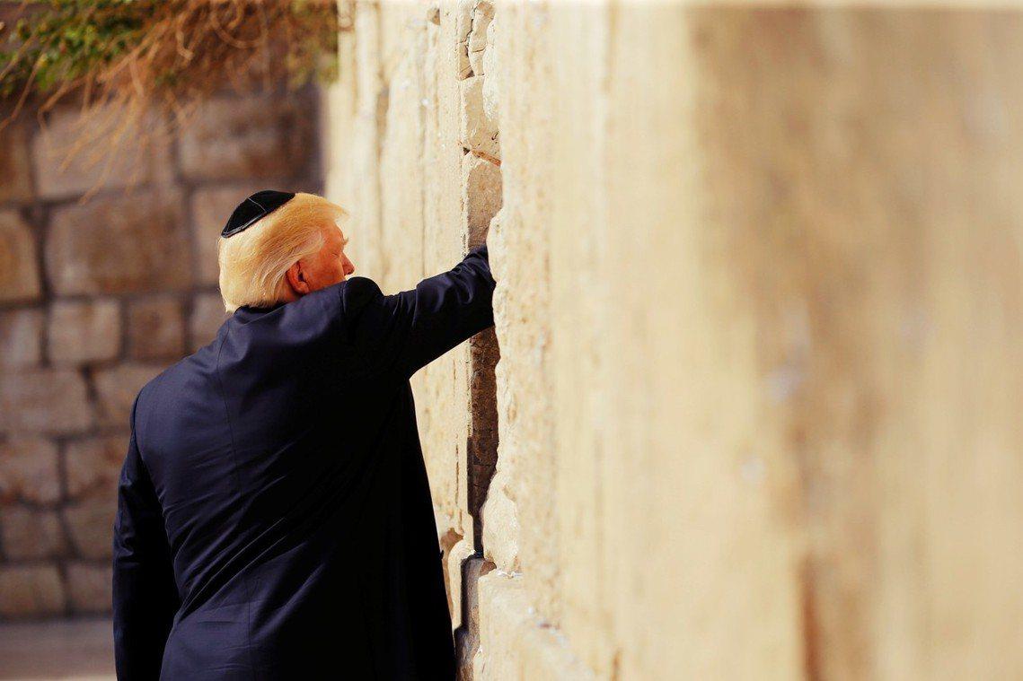 圖為2017年5月,川普總統訪問耶路撒冷的哭牆。 圖/路透社