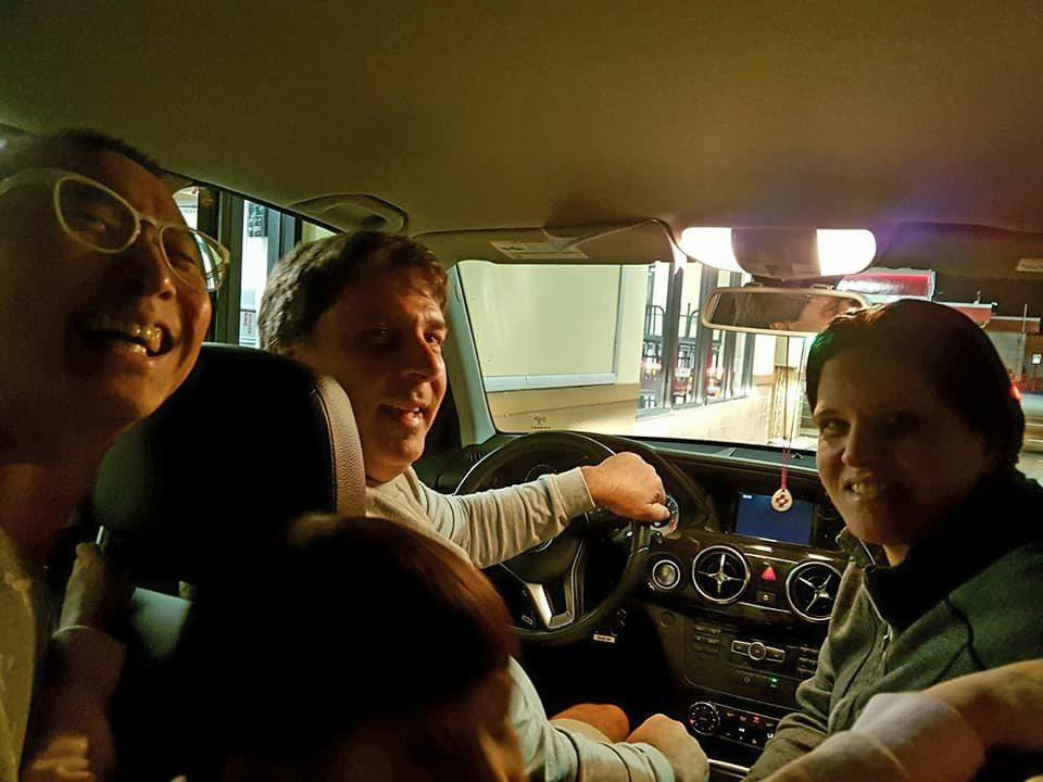 當地人邀請浩子一家上車點餐。 圖/擷自浩角翔起臉書
