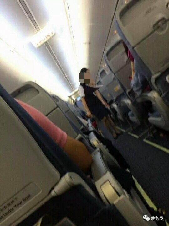 微信公眾號「乘務員」上傳2張疑似空姐衣服被撕壞,露出左肩和胸部仍堅守崗位,繼續服...