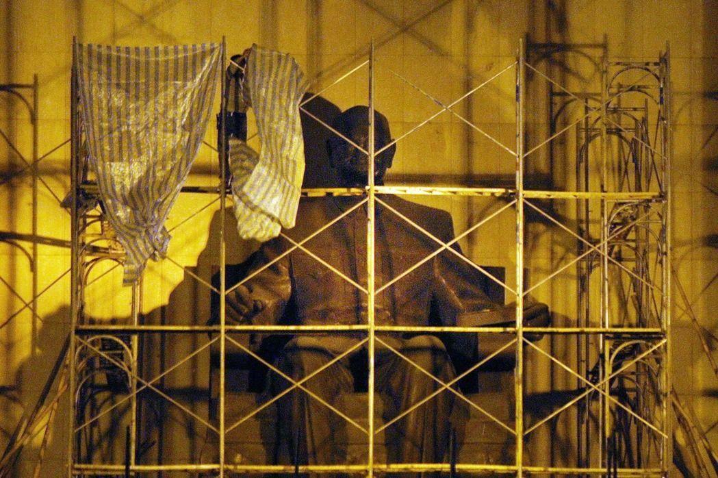 2007年,高雄市政府拆遷中正文化中心蔣中正銅像及中正文化中心的橫匾。 本報資...