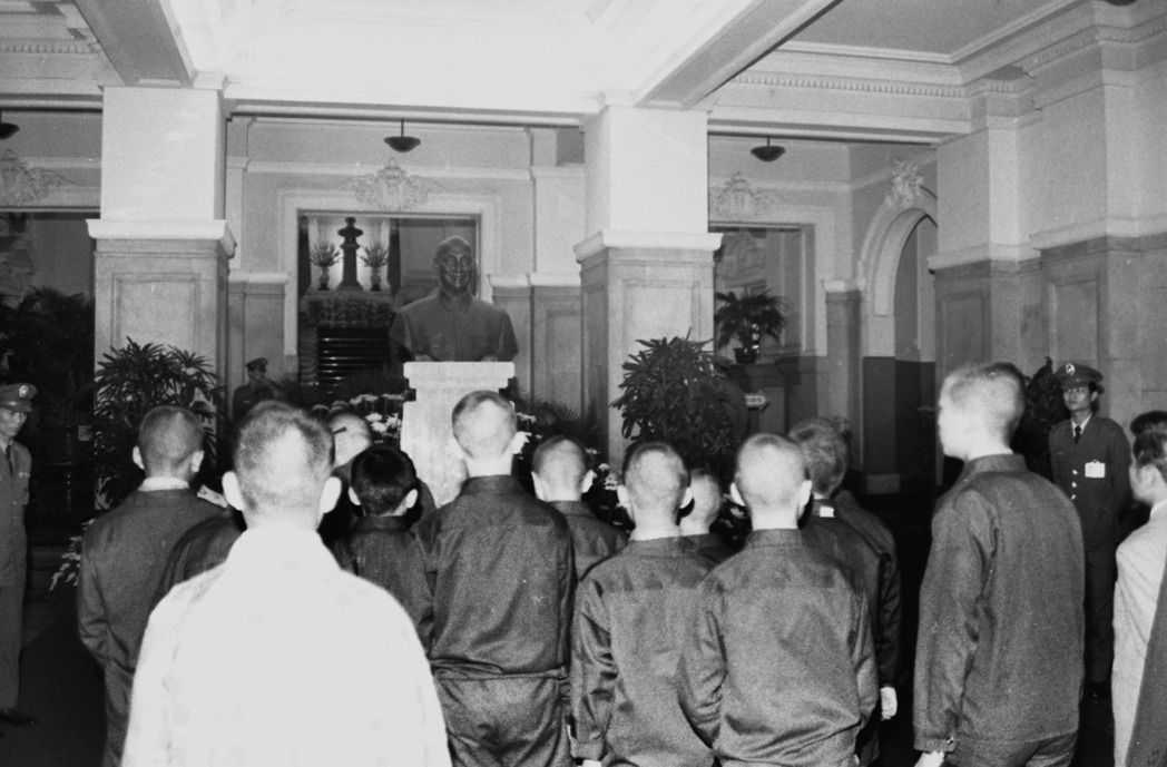 1975年10月31日,蔣公八秩晉九誕辰,民眾前往總統府瞻仰蔣公銅像。  本報資...