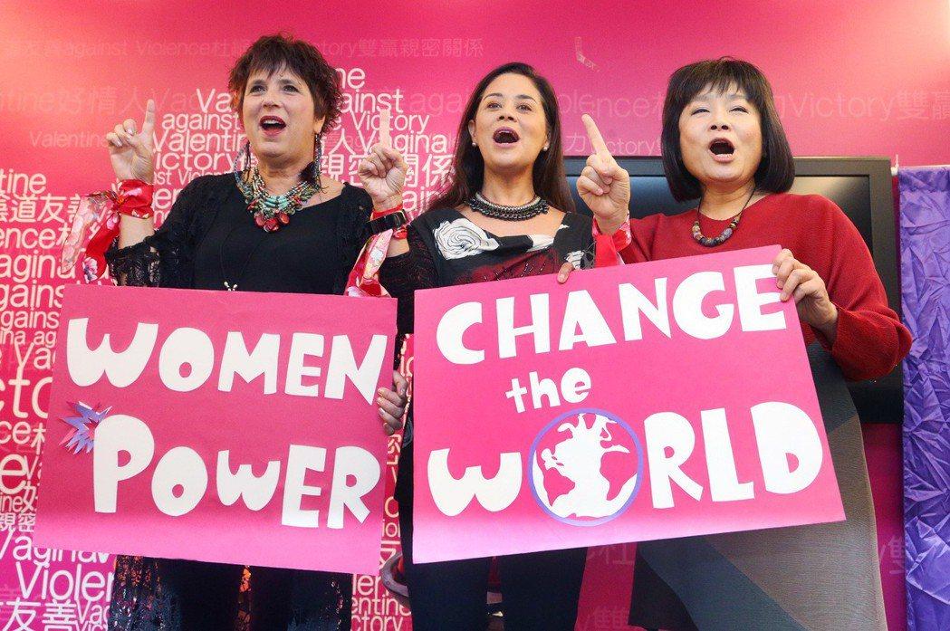 全球女權鬥士伊芙.恩斯勒(左),與全球反暴力行動總召莫妮卡、勵馨基金會執行長紀惠容(右),高舉食指象徵反對暴力。 圖/聯合報系資料照