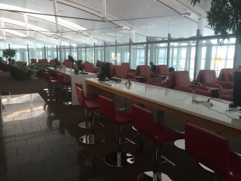 楓葉貴賓室的一個角落,有舒服的沙發,及高吧台的桌子,還有電腦給旅客使用。圖文自:...