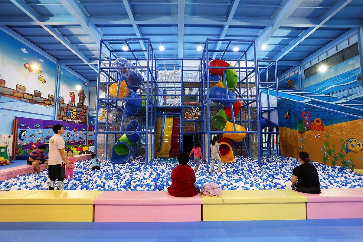 樂遊館中的大型溜滑梯與池球,是孩子們最愛的項目。