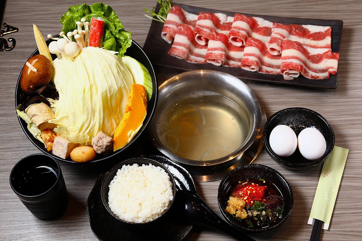 聚朋友火鍋館的食材以海鮮和在地小農時蔬為主。