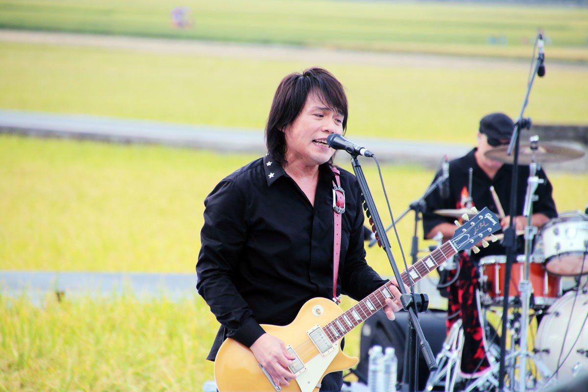 《池上秋收稻穗藝術節》的舞台就在一片稻田中間。