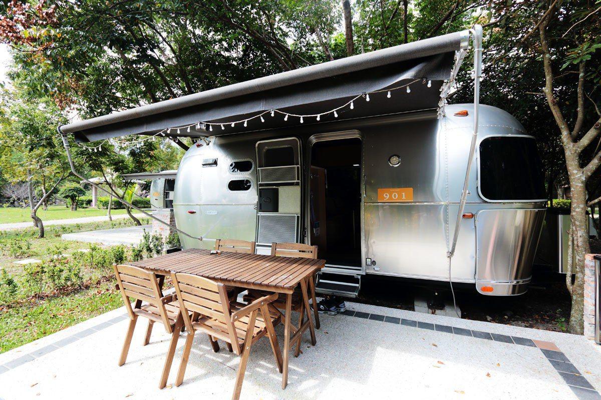 日暉國際渡假村引進外型為經典「銀彈」造型的頂級Airstream露營拖車。