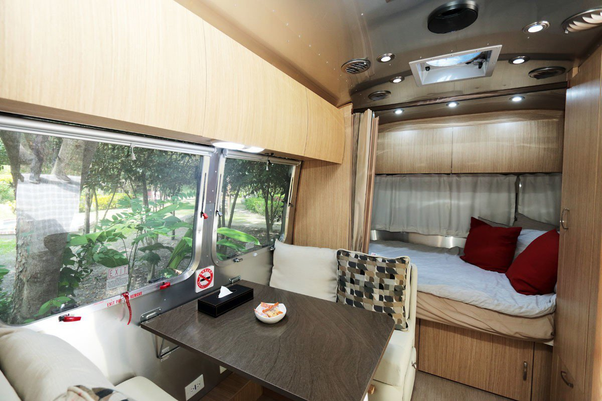 露營拖車內部配備有床、桌椅、廚房、衛浴,堪稱麻雀雖小、五臟俱全。
