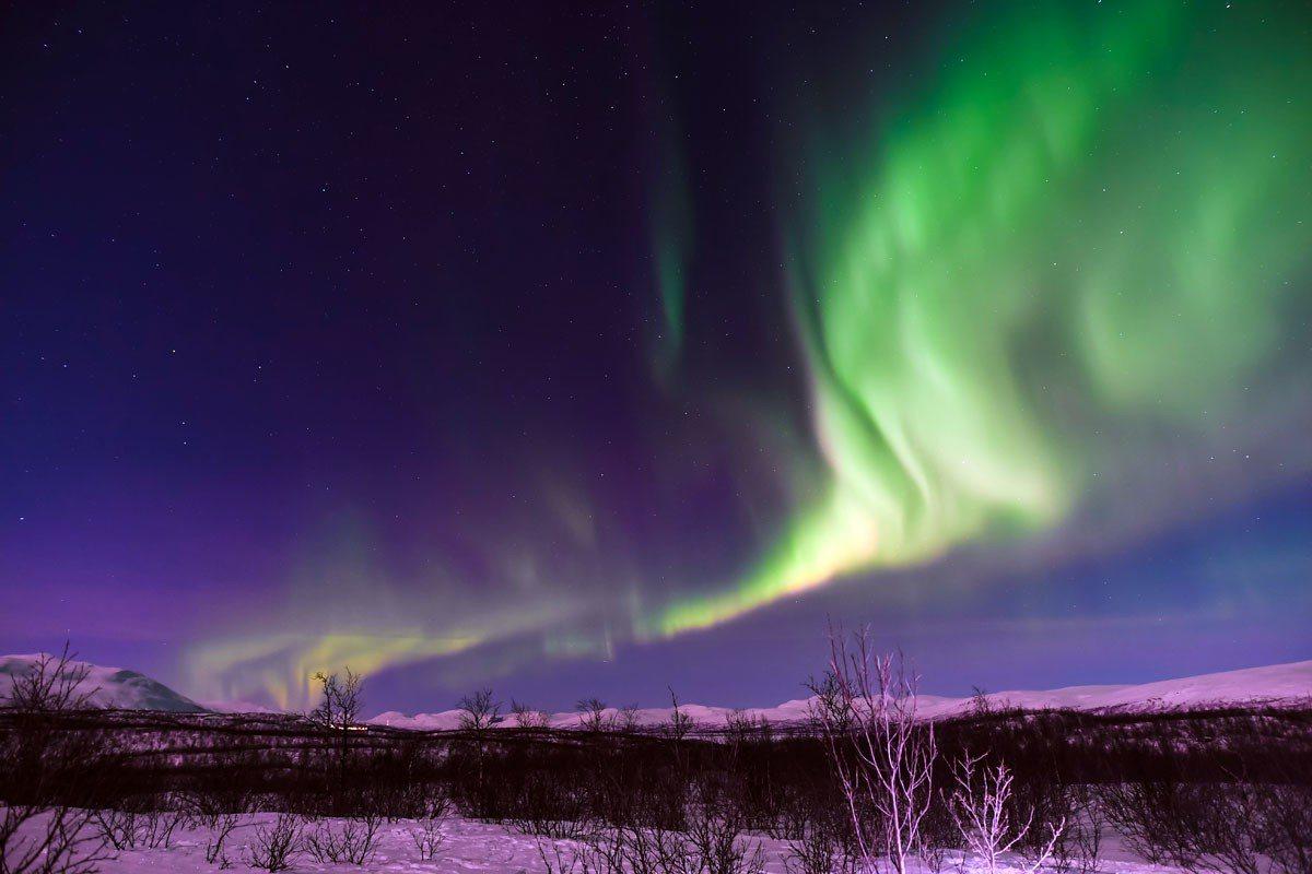 在極光攝影團專屬的帳蓬往外看,就能拍到這樣全無光害的極光美景。