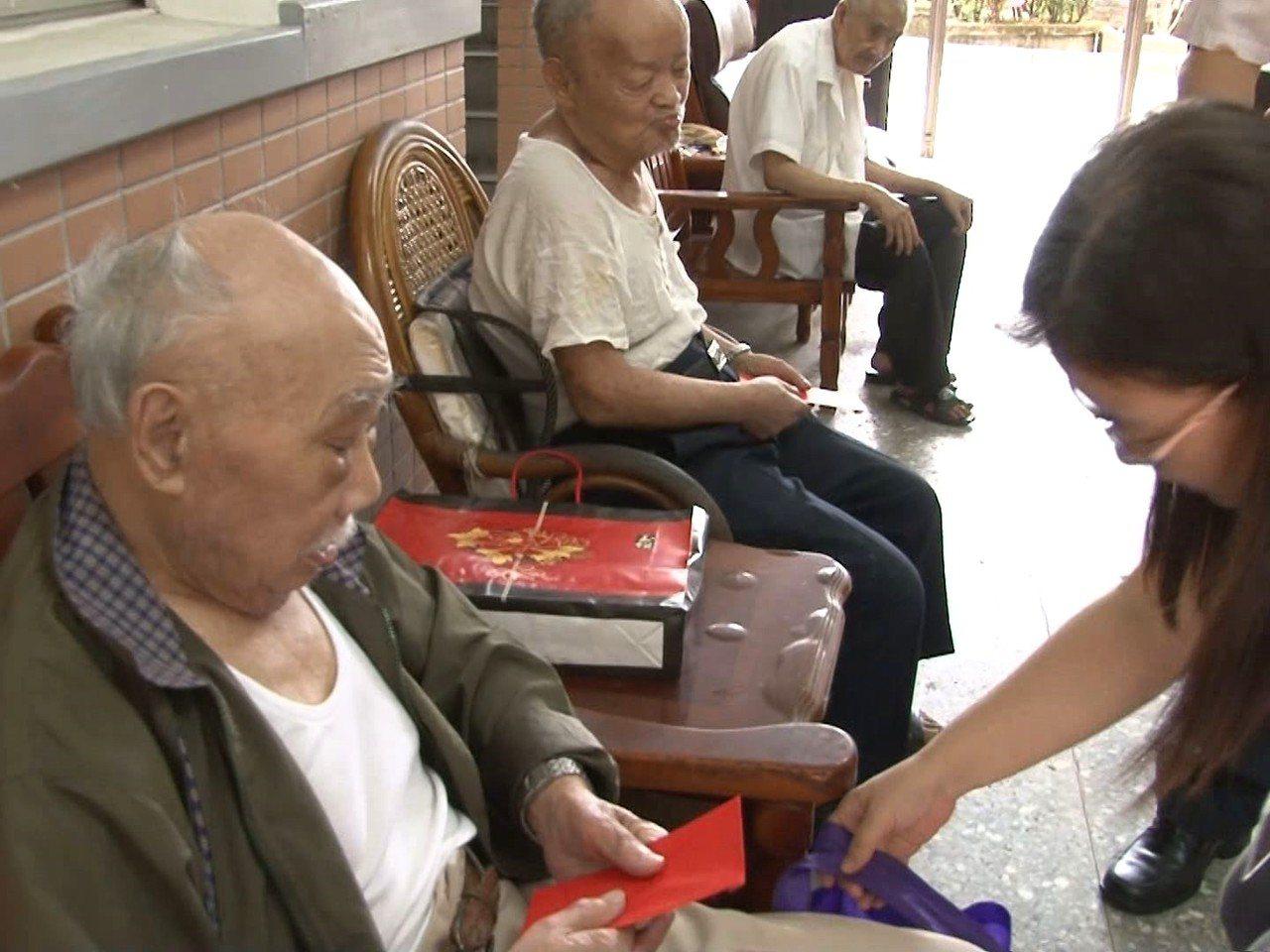 發布低溫特報,瑞芳區啟動防寒機制,進行獨居老人居家訪視,讓長者能健康度過寒冬。 ...