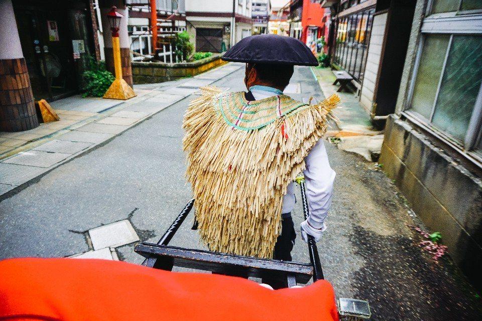 厚實的背膀、穩健的腳步,坐上肘折溫泉的爺爺人力車遊小鎮,能感到一份安心。