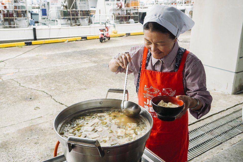 和藹的奶奶為旅人獻上一碗碗溫暖的芋煮湯。