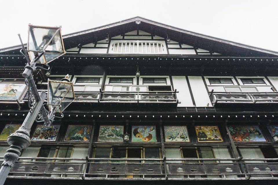 古山閣是銀山溫泉代表性的旅館之一,已有百年歷史,外觀的一幅幅鏝繪既別致又吸睛。