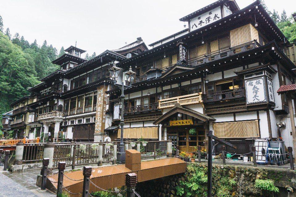 銀山溫泉只有12間溫泉旅館,旺季時極難預訂,如想體驗最好還是規畫淡季入住。