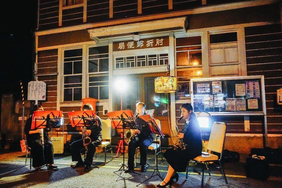 歡迎外國遊客所舉辦的表演就在舊郵局前的空地舉行,入夜後打上燈瞬間華麗。