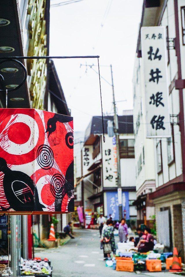 由大學生繪畫的和紙燈籠是肘折溫泉小鎮的特色之一。