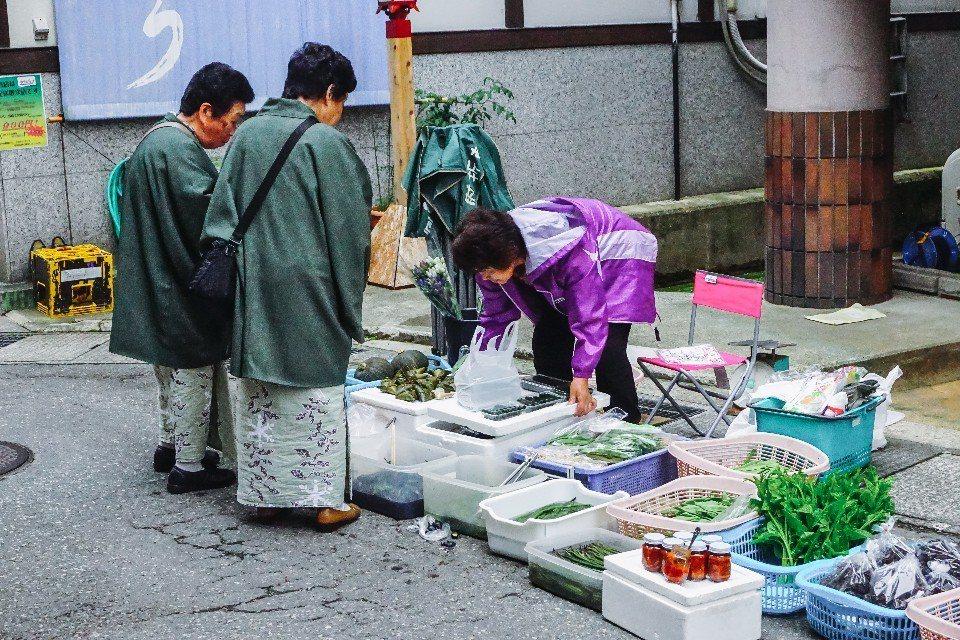 在清晨溫泉街就開始了早市的交易,若想參觀切勿貪睡。