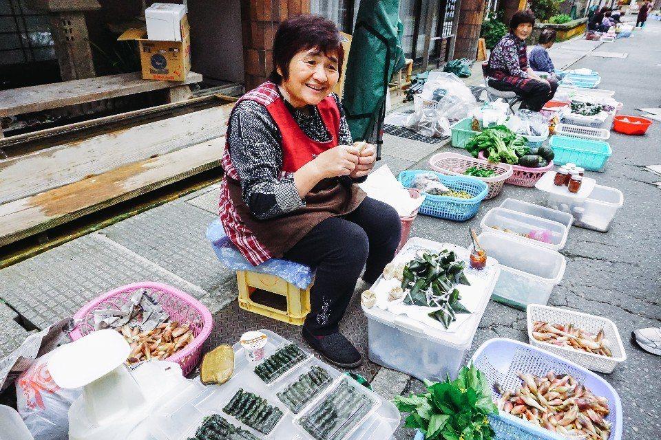 在肘折溫泉早市裡,每位攤販阿姨都親切地邀你試吃,走完一整條街可要花不少時間。