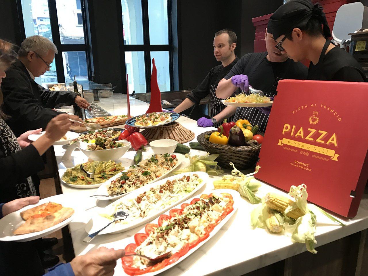 Buffet有沙拉甜點,義大利傳統窯烤pizza吃到飽。記者吳淑君/攝影
