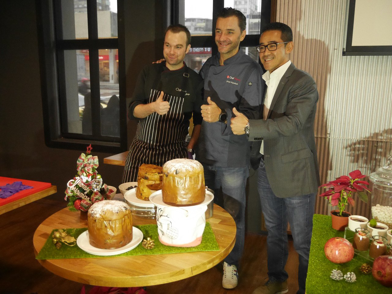 王佳瑋(右)和總監Giorgio(中),今天都現身Piazza餐廳。記者吳淑君/...