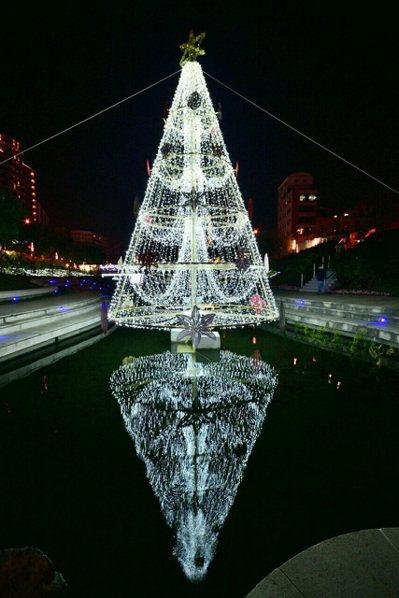 台中耶誕嘉年華今年在柳川設置高達9公尺的水中耶誕樹,將於12月9日晚上點燈。圖/...