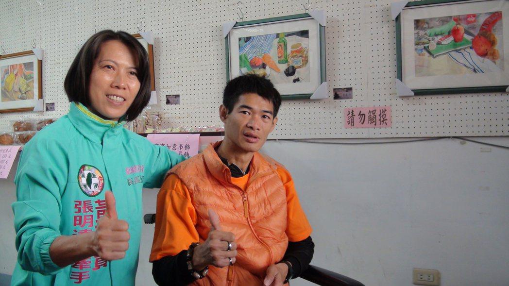 議長張明達夫人黃瓊賢(左)讚賞劉慶源(右)的創作。記者謝恩得/攝影