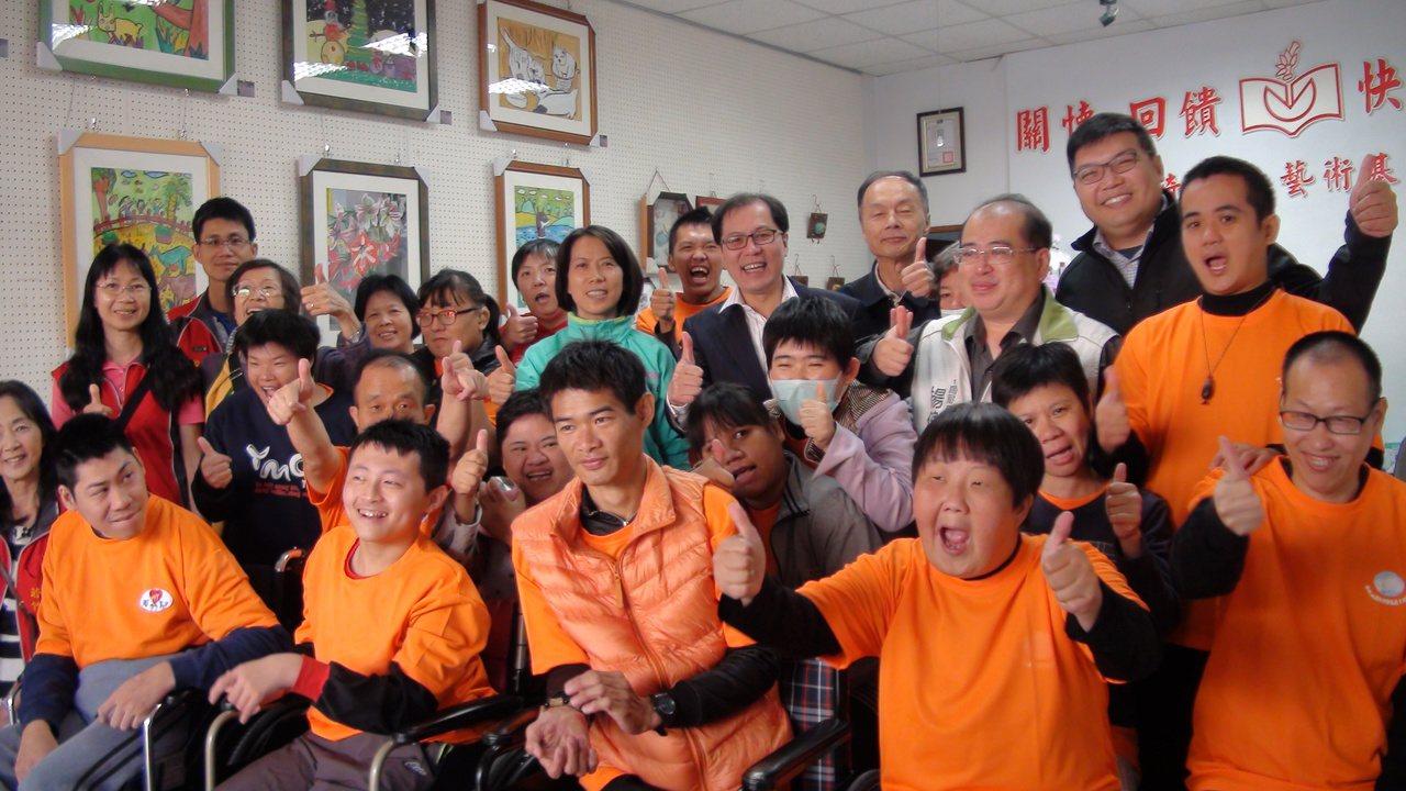 竹崎文化藝術基金會舉辦「天使的眼睛」若竹兒學員創意畫作展和義賣。記者謝恩得/攝影