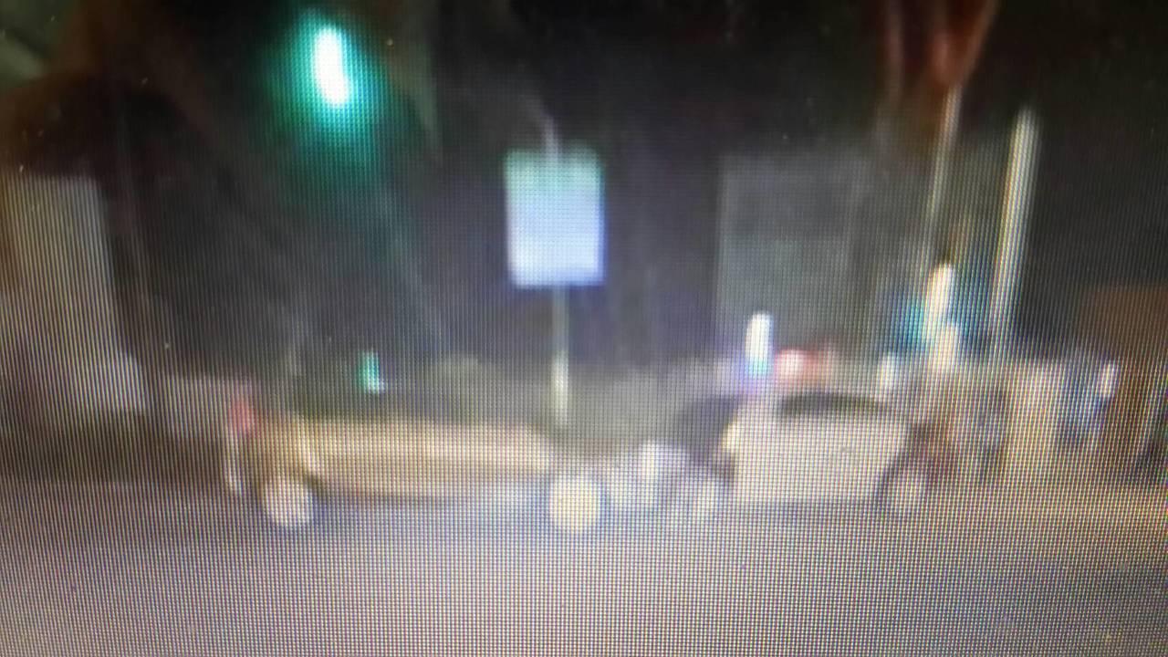 一輛轎車昨晚行經左營區軍校路,疑闖紅燈撞警車。記者黃宣翰/翻攝