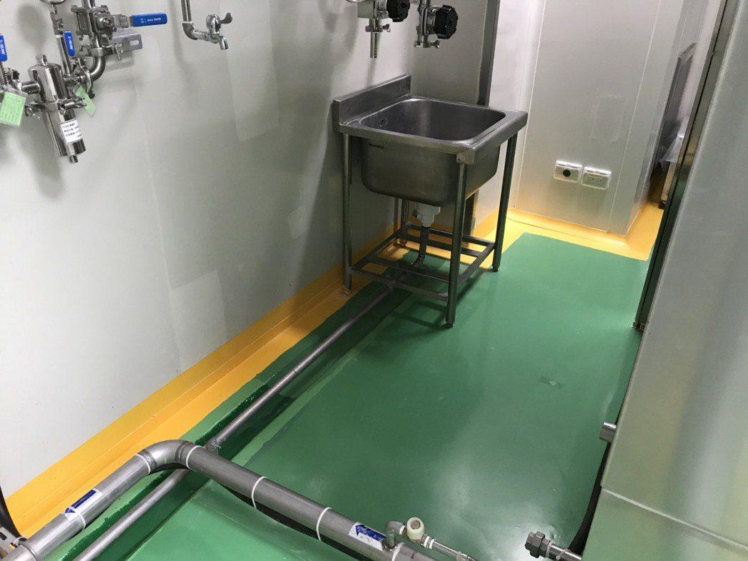 國內老字號藥廠被爆員工在生產線旁的洗滌槽尿尿,衛生局昨天前往稽查。圖/台南市衛生...