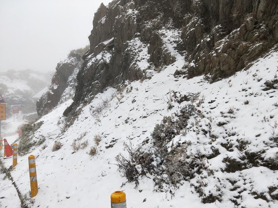 合歡山路段目前因路面結冰,台14甲線31K(武嶺)至33k(合歡山遊客中心)須加...