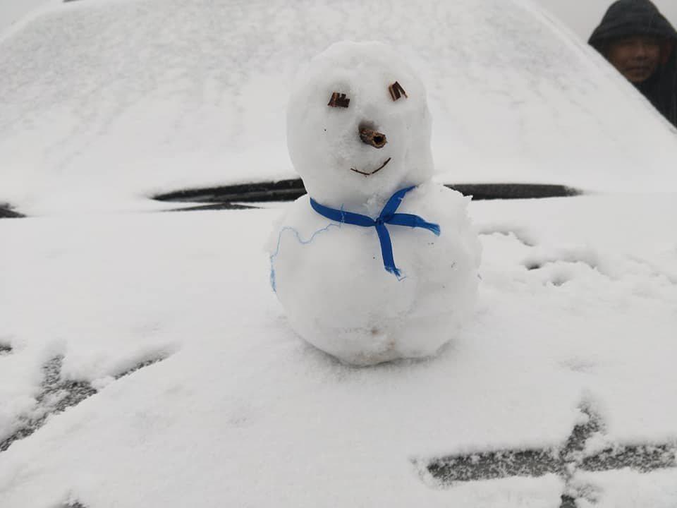 合歡山昨降下大量雪霰,遊客興奮將雪捏成雪人拍攝留念,但今水氣減少,想賞雪可能得碰...