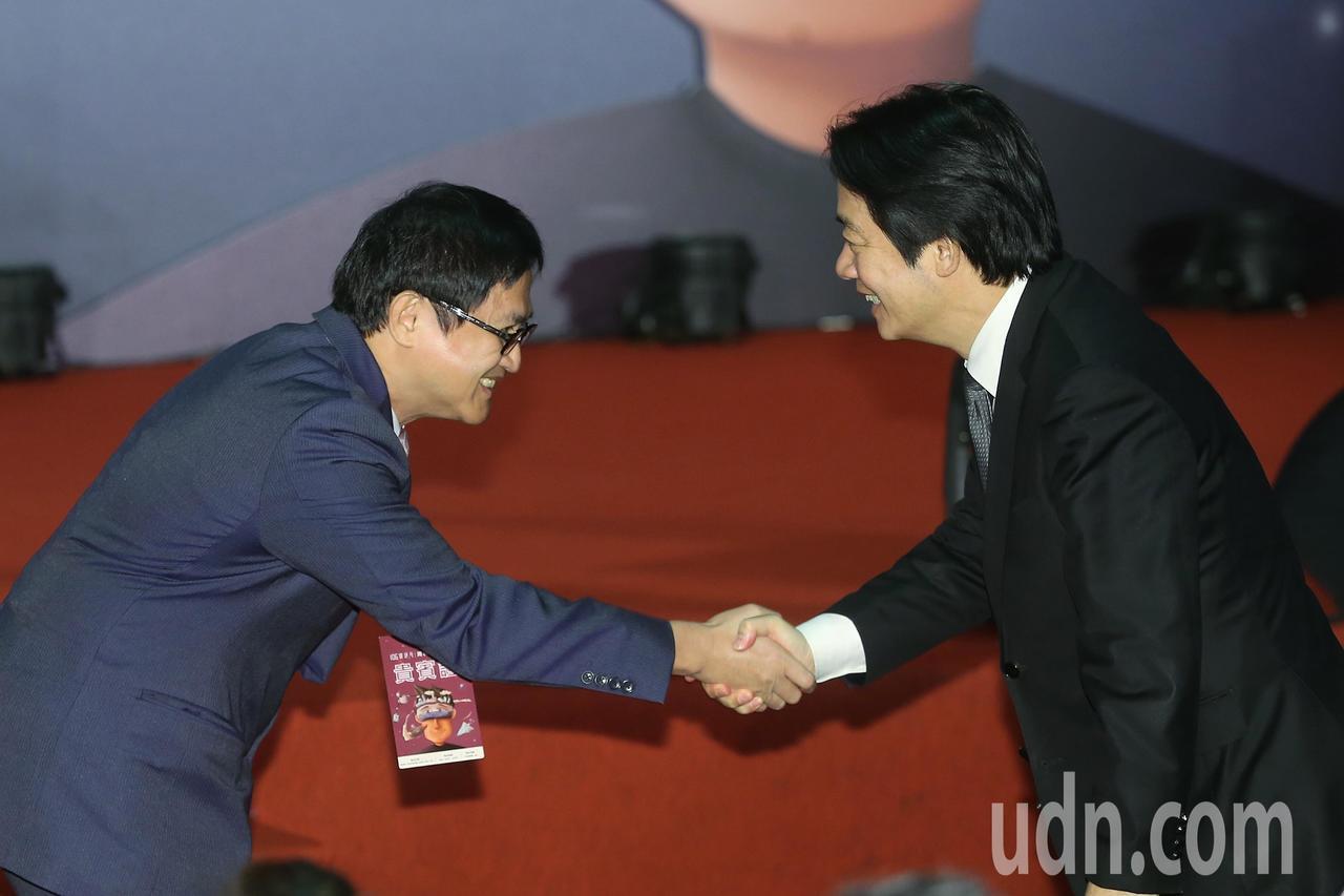 行政院長賴清德(右)與電腦公會理事長童子賢(左)握手致意。記者楊萬雲/攝影