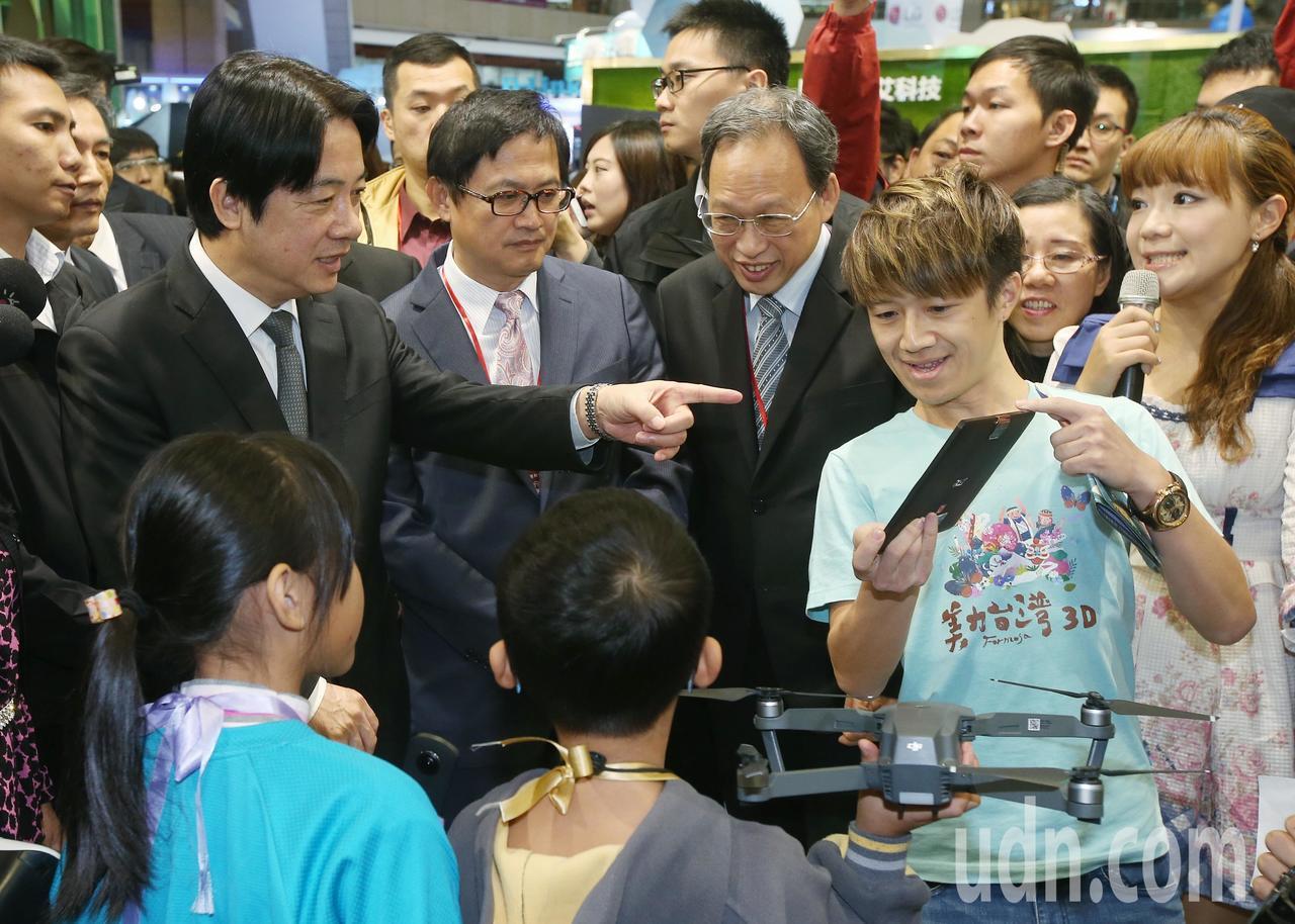 行政院長賴清德(左一)與電腦公會理事長童子賢(左二)等人參觀資訊月展覽攤位。記者...
