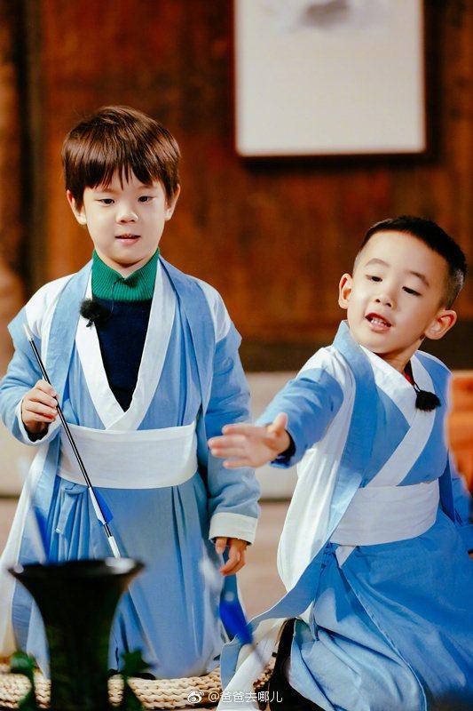 陳小春為了兒子Jasper(右),忍痛拒絕小泡芙做乾女兒。圖/摘自微博