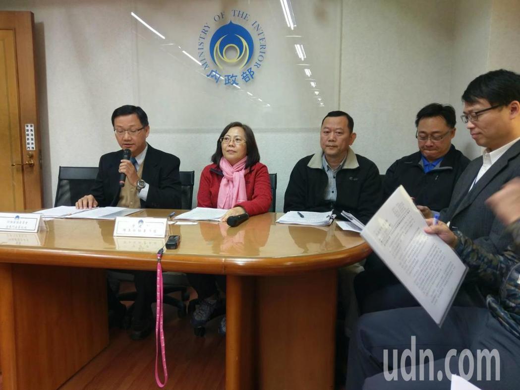 內政部營建署主任秘書陳貞蓉(左二)說明內政部促查違建方式。記者徐偉真/攝影