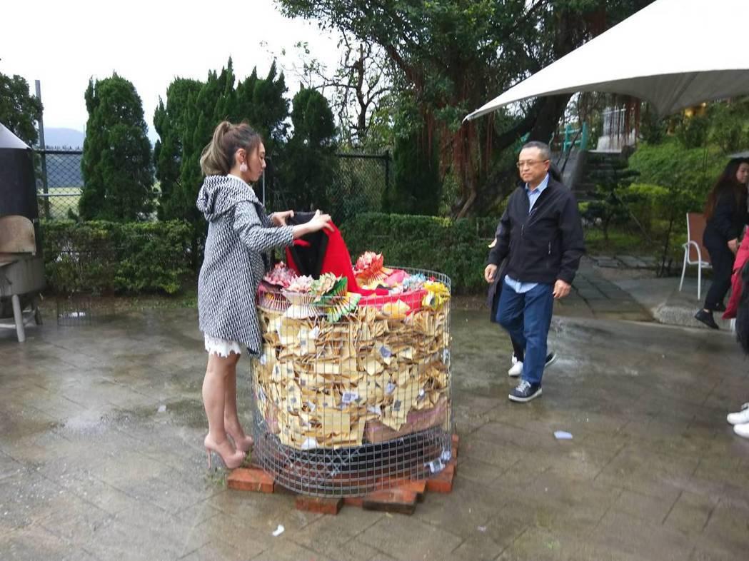 謝金晶與謝順福兄妹火化紅西裝給他作秀。記者游明煌/攝影