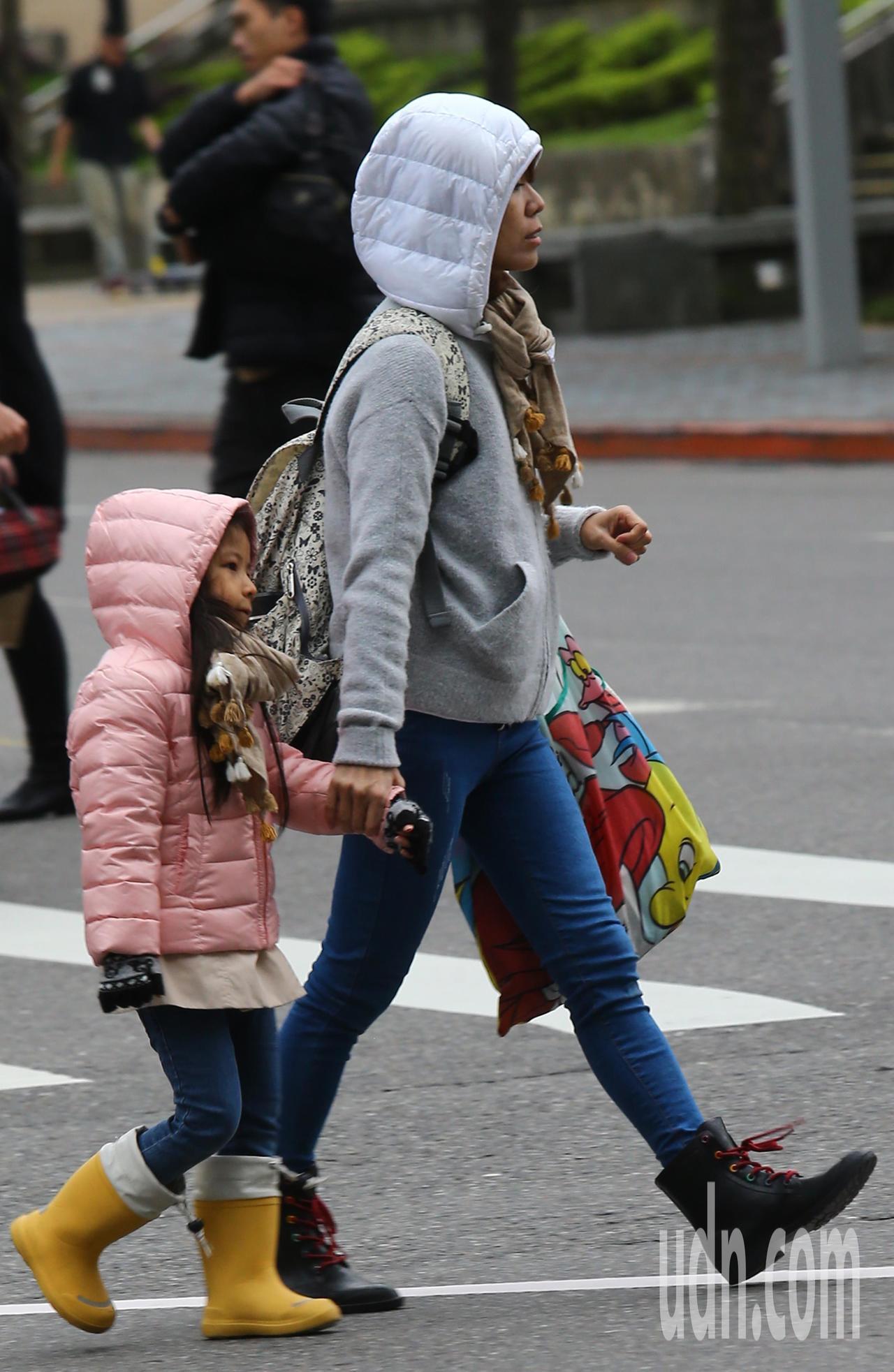 入冬以來首波大陸冷氣團發威,今天的水氣略少,許多民眾穿著保暖的衣帽到戶外走走。記...