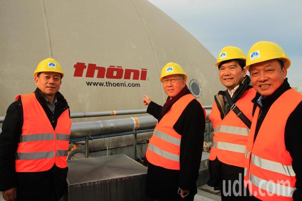 新竹縣長邱鏡淳(左2)率團到德國,參訪乾式厭氧發酵處理設施。記者郭政芬/攝影