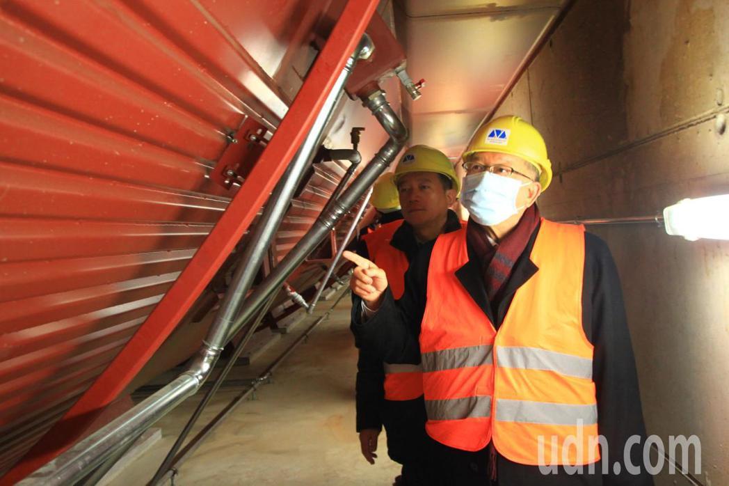 新竹縣長邱鏡淳參訪隧道窯乾式厭氧發酵設施。記者郭政芬/攝影