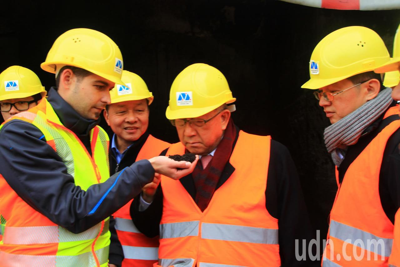 新竹縣長邱鏡淳(右2)昨天率團到德國,乾式厭氧發酵處理後的堆肥,幾乎沒有臭味,他...