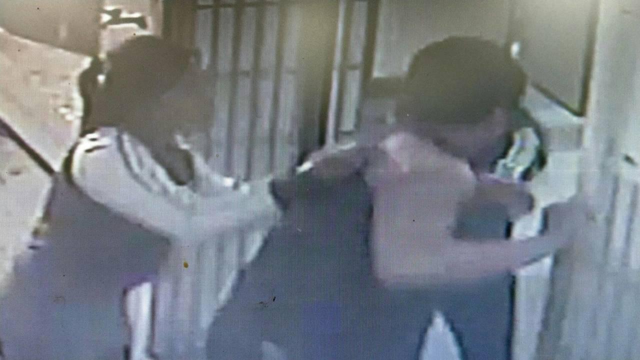 潮州某國小網球場女廁躲藏色狼,兩女發現後合力攔阻逃離。記者蔣繼平/翻攝