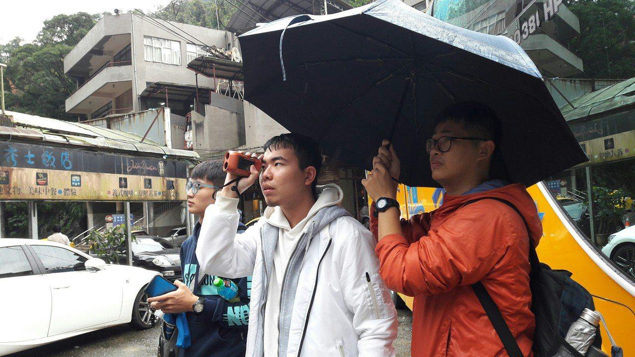 「烏來願景工作坊」台灣學生冒雨踏勘烏來水文。圖/中山大學提供