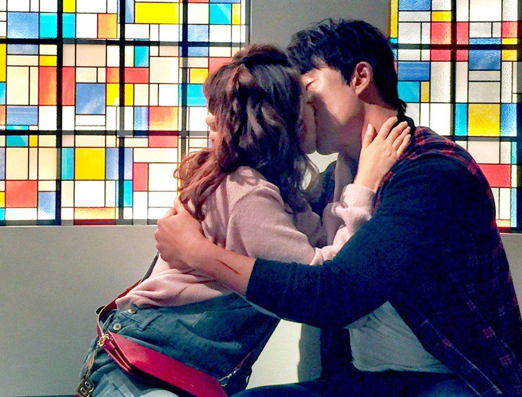 林玟誼(左)和李政穎拍吻戲。圖/華視提供