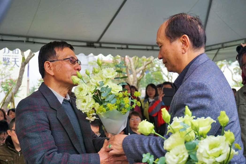 圖為今年宜蘭縣二二八追思會,前代理縣長吳澤成(右)獻花給受難家屬關懷協會前理事長...