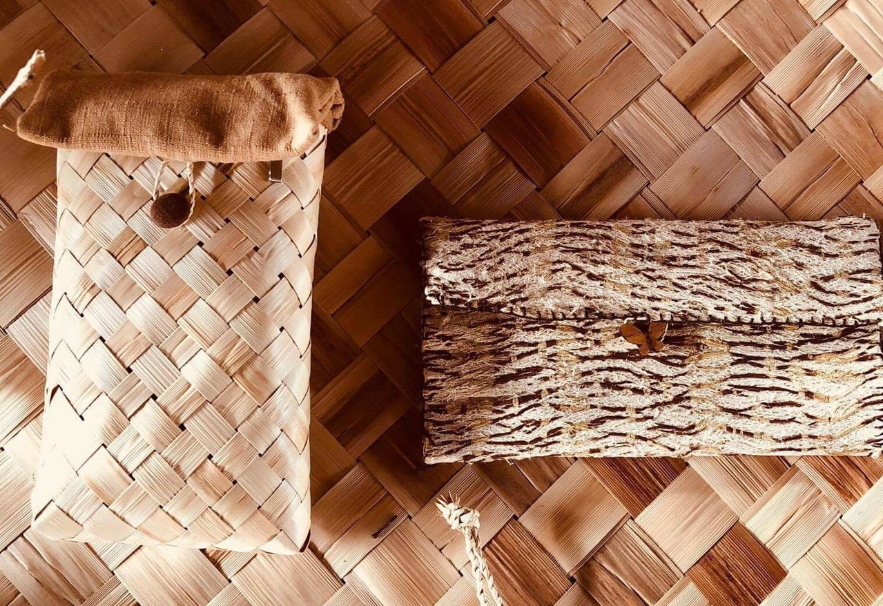 月桃手拿包和構樹皮筆袋。圖/呷飽麥提供